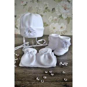 """Komplet do chrztu """"Biały kwiatek"""" 4 częściowy: czapka, szalik, rękawiczki, buciki."""